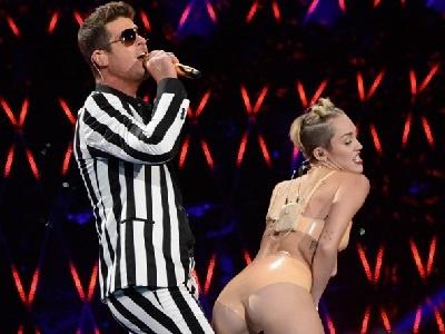 Miley Cyrus Twerks On Robin Thicke! (2013 MTV Performance With 2 Chainz & Kendrick Lamar)
